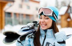 Ciérrese para arriba de la muchacha que da los esquís que manosea con los dedos para arriba Fotografía de archivo