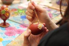 Ciérrese para arriba de la muchacha que pinta los huevos de Pascua Imágenes de archivo libres de regalías