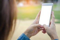 Ciérrese para arriba de la muchacha que usa el teléfono elegante Fotos de archivo libres de regalías
