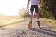 Ciérrese para arriba de la muchacha rollerblading en parque Al aire libre, reconstrucción, forma de vida, rollerblading Imágenes de archivo libres de regalías