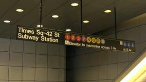 Ciérrese para arriba de la muestra de la estación de metro del Times Square, Nueva York almacen de video