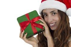 Ciérrese para arriba de la mujer de la Navidad que muestra una caja de regalo Imagen de archivo