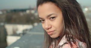 Ciérrese para arriba de la mujer hermosa joven que disfruta de tiempo en un tejado Fotos de archivo