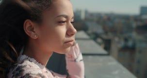 Ciérrese para arriba de la mujer hermosa joven que disfruta de tiempo en un tejado Fotos de archivo libres de regalías