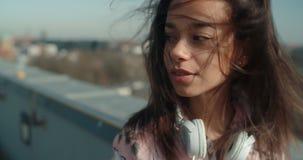 Ciérrese para arriba de la mujer hermosa joven que disfruta de tiempo en un tejado Imagen de archivo libre de regalías