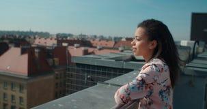 Ciérrese para arriba de la mujer hermosa joven que disfruta de tiempo en un tejado Imagenes de archivo
