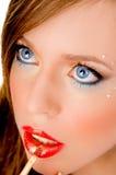 Ciérrese para arriba de la mujer hermosa que aplica el lápiz labial Fotos de archivo libres de regalías