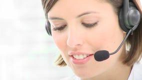 Ciérrese para arriba de la mujer hermosa que trabaja en un centro de atención telefónica metrajes