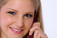 Ciérrese para arriba de la mujer joven que habla en el teléfono celular. Fotografía de archivo