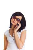 Ciérrese para arriba de la mujer joven que habla en el teléfono móvil Fotografía de archivo