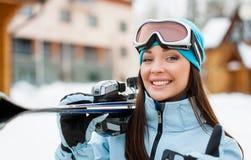 Ciérrese para arriba de la mujer que da los esquís que manosea con los dedos para arriba imagen de archivo