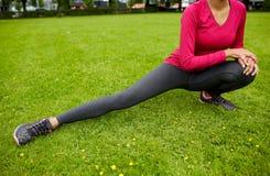 Ciérrese para arriba de la mujer que estira la pierna al aire libre Imagen de archivo libre de regalías