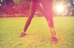 Ciérrese para arriba de la mujer que estira la pierna al aire libre Fotos de archivo libres de regalías