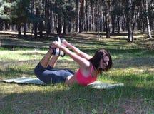 Ciérrese para arriba de la mujer que estira las piernas Foto de archivo libre de regalías