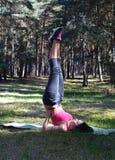 Ciérrese para arriba de la mujer que estira las piernas Imagen de archivo libre de regalías