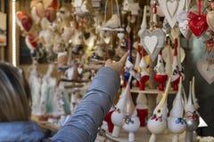 Ciérrese para arriba de la mujer que señala con su finger en decorati de la Navidad fotos de archivo