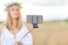 Ciérrese para arriba de la mujer que toma el selfie por smartphone Fotografía de archivo