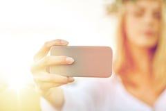 Ciérrese para arriba de la mujer que toma el selfie por smartphone Imagen de archivo libre de regalías