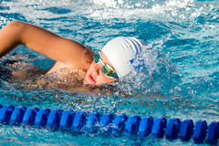 Ciérrese para arriba de la natación joven del estudiante Fotos de archivo libres de regalías