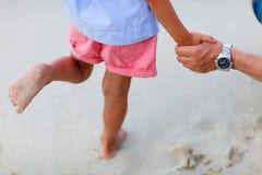 Ciérrese para arriba de la niña que se coloca en la playa Fotografía de archivo