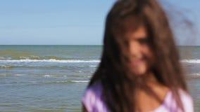 Ciérrese para arriba de la niña que sonríe como ella mira en la cámara metrajes