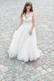 Ciérrese para arriba de la novia morena hermosa soñadora que camina solamente en el parque que disfruta de la onda y de la danza  Fotografía de archivo