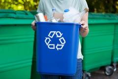 Ciérrese para arriba de la papelera de reciclaje que lleva de la mujer imagen de archivo