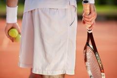 Ciérrese para arriba de la parte del cuerpo del jugador de tenis fotografía de archivo libre de regalías