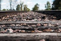 Ciérrese para arriba de la parte inferior de una vía del tren fotos de archivo