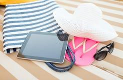 Ciérrese para arriba de la PC de la tableta en la playa Imagen de archivo