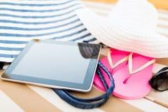 Ciérrese para arriba de la PC de la tableta en la playa Fotos de archivo libres de regalías