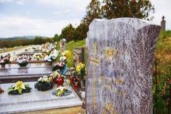 Ciérrese para arriba de la piedra sepulcral vacía Sepulcros, piedras de la tumba y crucifijos en cementerio público tradicional Fotos de archivo libres de regalías