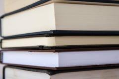 Ciérrese para arriba de la pila de libros Foto de archivo libre de regalías