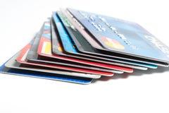Ciérrese para arriba de la pila de tarjetas de crédito en el fondo blanco, editorial ilustrativo Fotografía de archivo