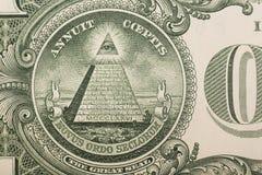 Ciérrese para arriba de la pirámide y observe en la parte de atrás de un un billete de dólar imágenes de archivo libres de regalías