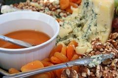 Ciérrese para arriba de la placa del queso y de la fruta Fotografía de archivo