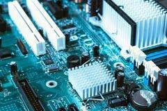 Ciérrese para arriba de la placa madre entonada azul del ordenador imagenes de archivo