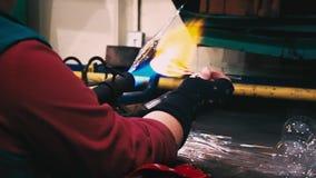 Ciérrese para arriba de la producción de la artesanía de Navidad-bolas almacen de video