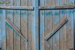 Ciérrese para arriba de la puerta de granero vieja pintada azul imagenes de archivo