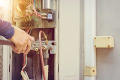 Ciérrese para arriba de la reparación del aire acondicionado, reparador en el fixi del piso imagen de archivo