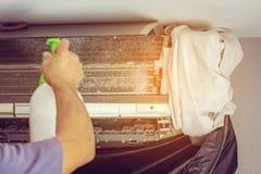 Ciérrese para arriba de la reparación del aire acondicionado, reparador en el fixi del piso fotografía de archivo