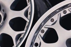 Ciérrese para arriba de la rueda de la aleación del coche de los bordes fotos de archivo