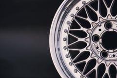 Ciérrese para arriba de la rueda de la aleación del coche de los bordes foto de archivo libre de regalías