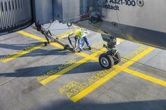 Ciérrese para arriba de la rueda de los aviones en la puerta Foto de archivo libre de regalías