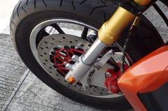 ciérrese para arriba de la rueda delantera de la motocicleta grande, freno de disco del foco Fotografía de archivo libre de regalías