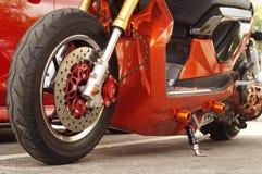 Ciérrese para arriba de la rueda delantera de la motocicleta grande, neumático del foco Foto de archivo libre de regalías
