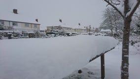 Ciérrese para arriba de la tabla de madera del jardín cubierta en nieve Fotografía de archivo libre de regalías