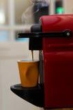 Ciérrese para arriba de la taza del café express que se llena Imagenes de archivo