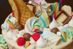 Ciérrese para arriba de la torta de cumpleaños con la decoración para el cumpleaños del ` s de los niños en la tabla Imagenes de archivo