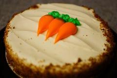 Ciérrese para arriba de la torta de zanahoria en contador fotografía de archivo libre de regalías